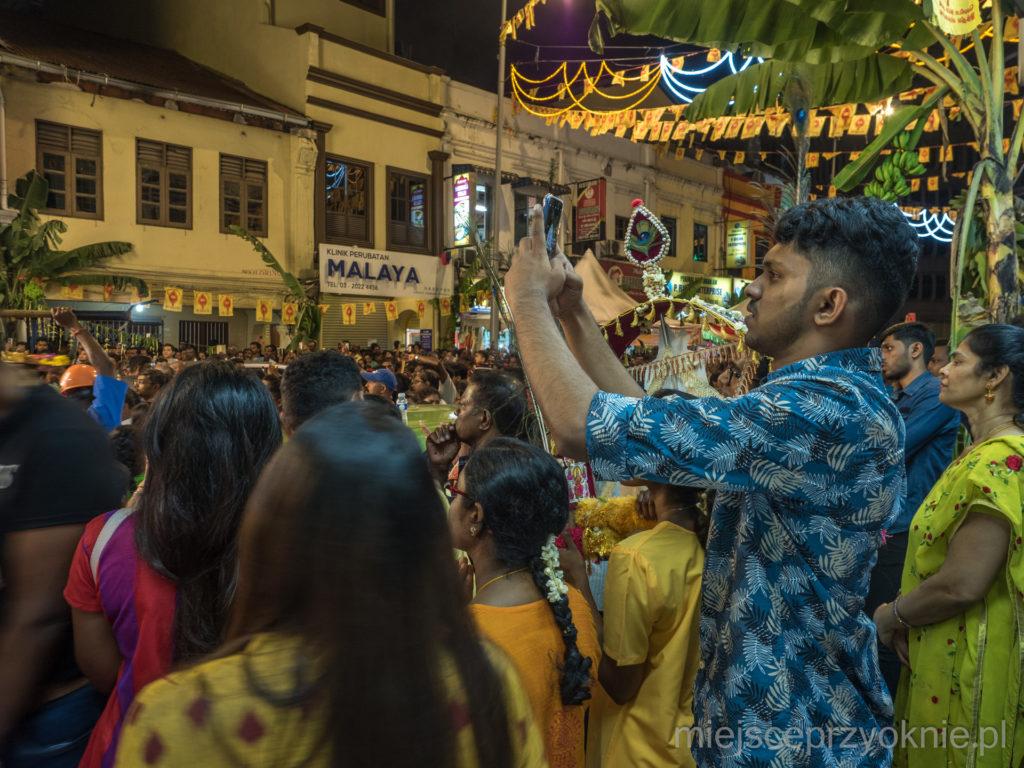 Tłumy ludzi na procesji