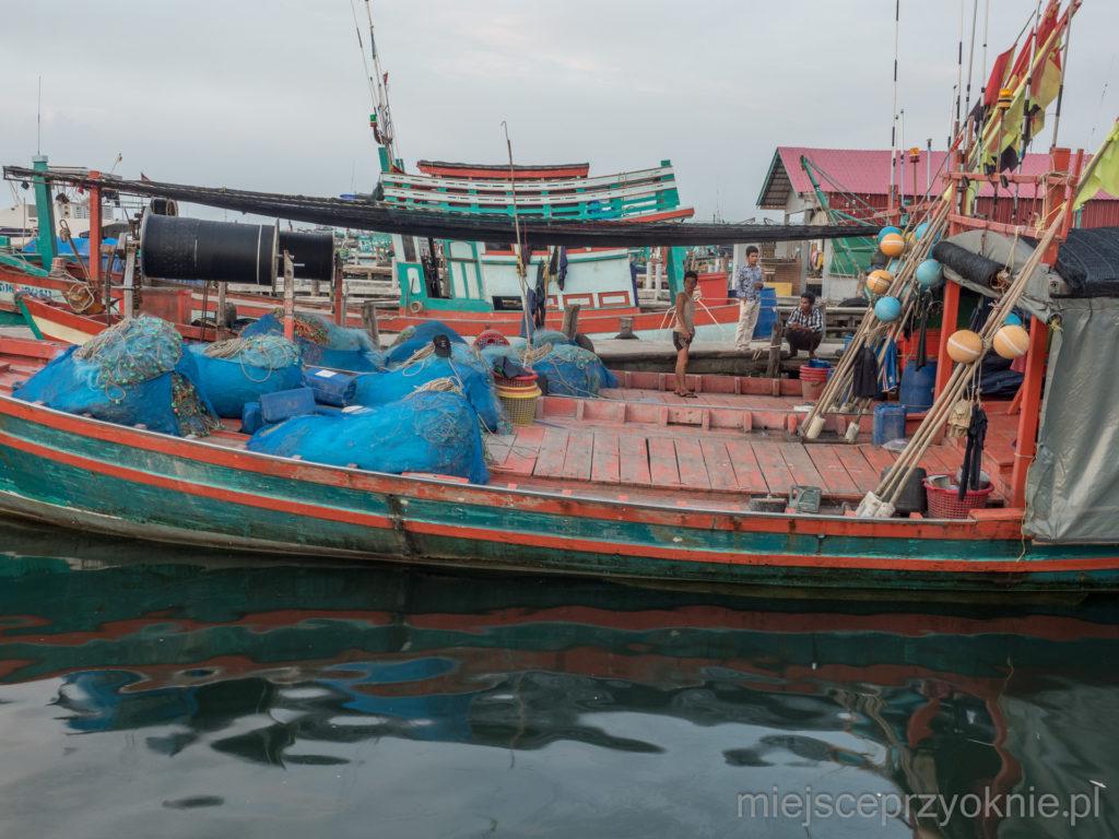 Łódki na przystani w Sihanoukville