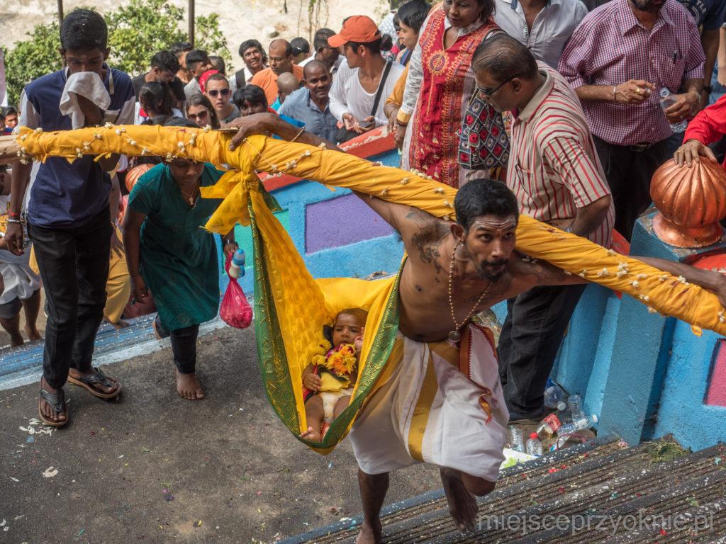 Karumbu kavadi, czyli dziecko zawieszone na trzcinie cukrowej
