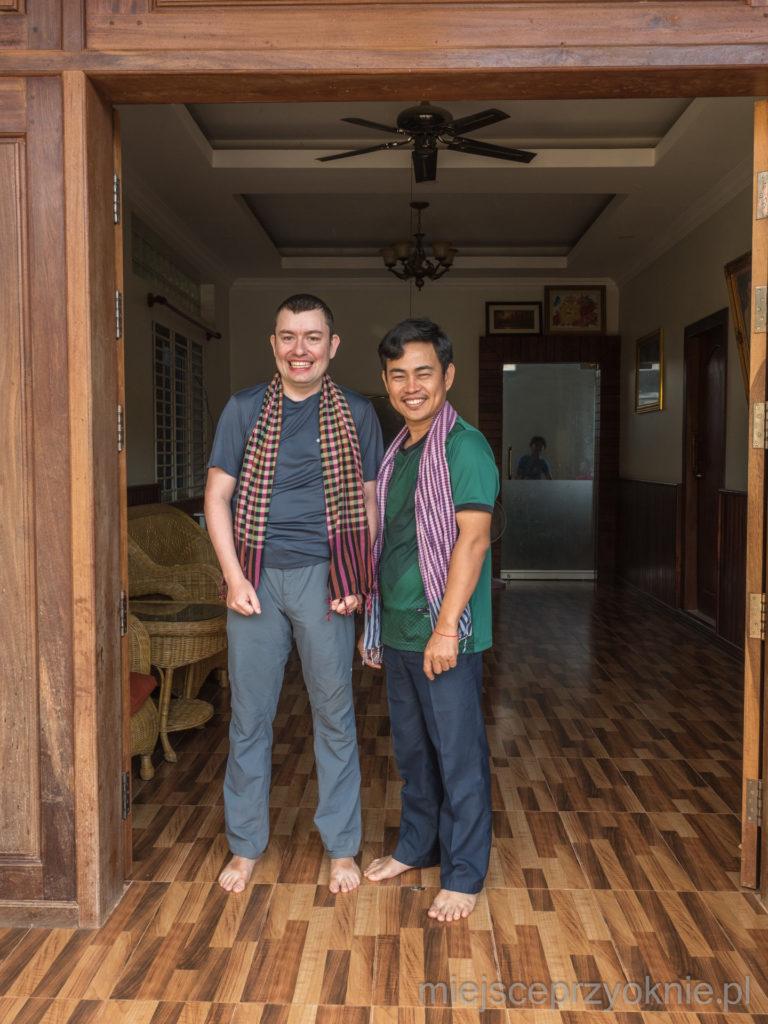 Tomek i Tea w tradycyjnych khmerskich chustach