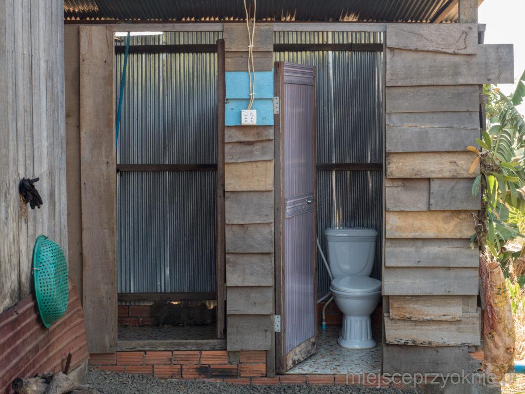 Budynek, w którym znajduje się łazienka i toaleta