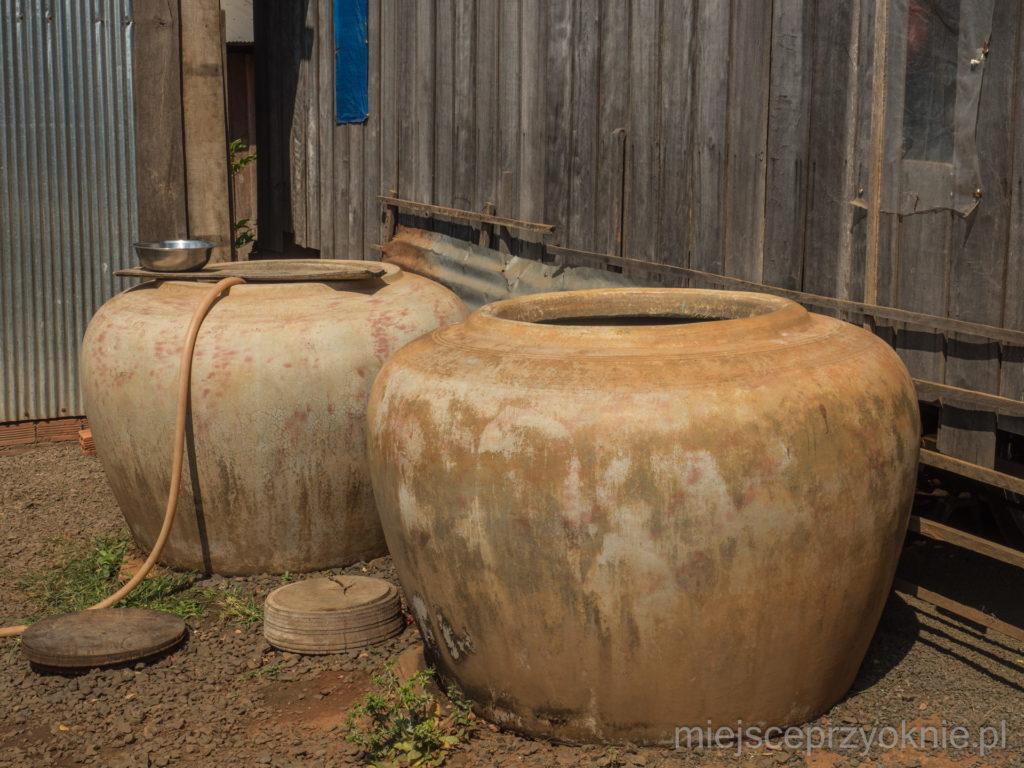 Na podwórku stały dzbany na wodę