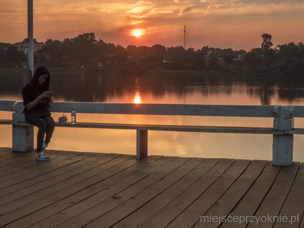 Zachód słońca nad jeziorem Kan Seng