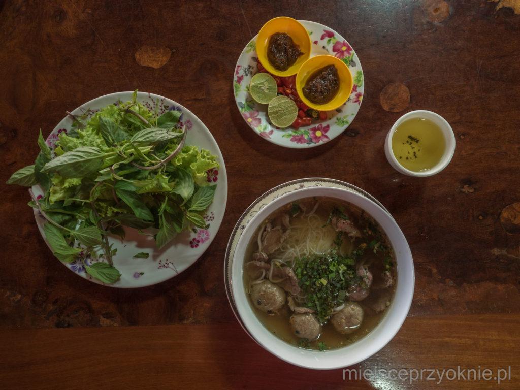 Zupa z dodatkami -jedno z typowych śniadań w Kambodży