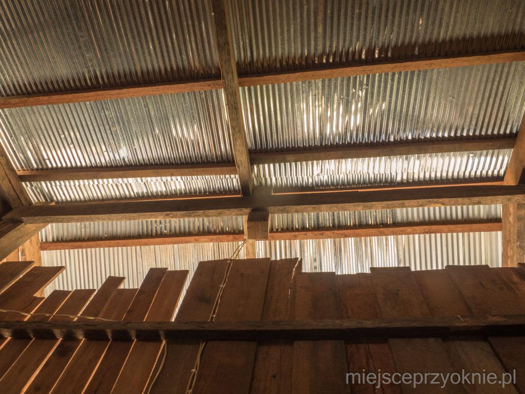 Dach pokryty jest blachą falistą