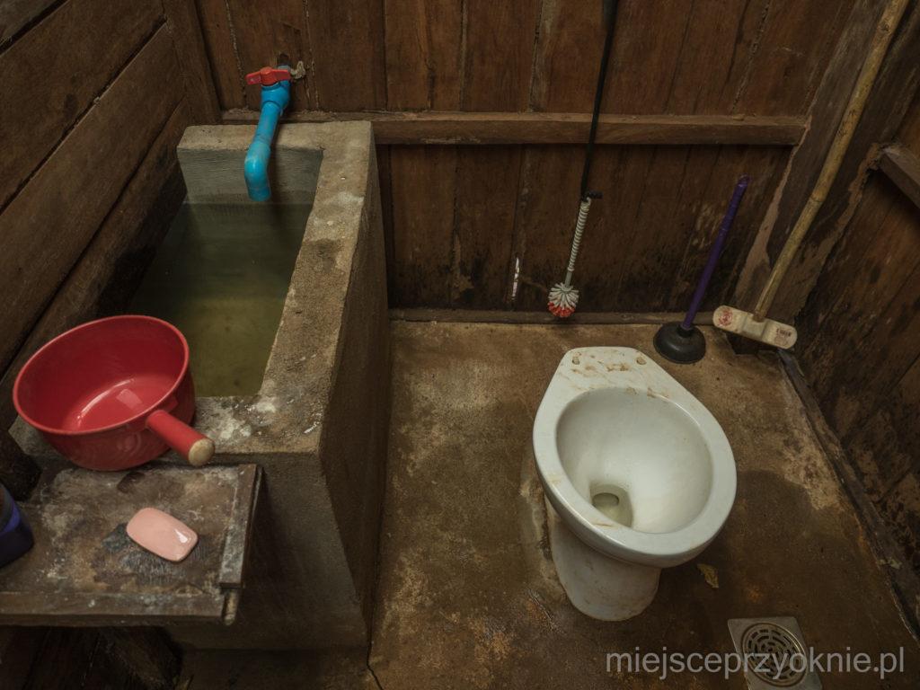 Jedna z wielu toalet nad jeziorem