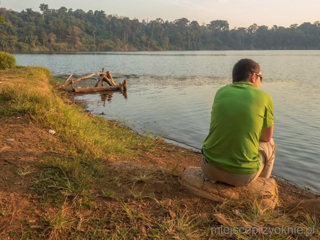 Nad brzegiem jeziora Yeak Laom