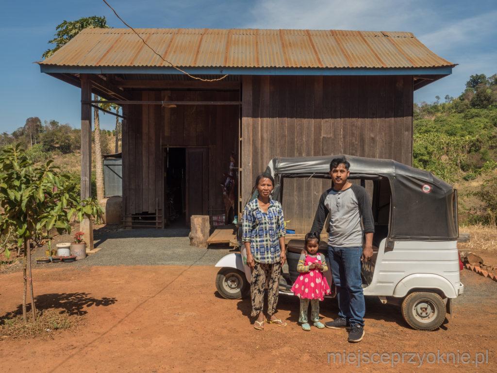 Sophan z rodziną przed swoim tuk-tukiem