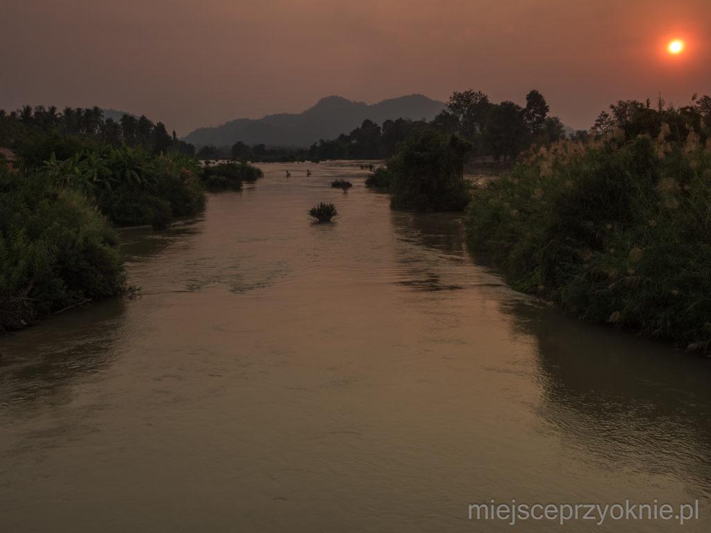 Zachód słońca widziany z mostu