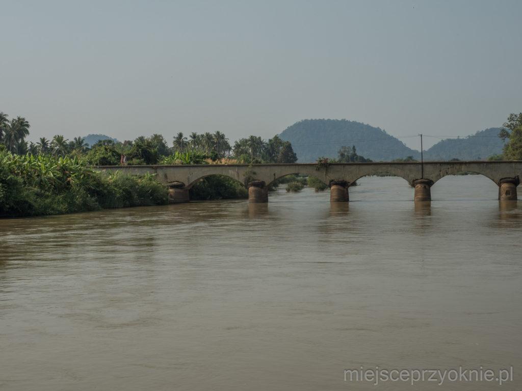 Francuski most kolejowy łączący wyspy Don Det i Don Khon