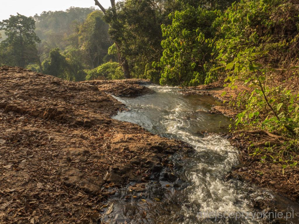 Rzeka tuż przed wodospadem