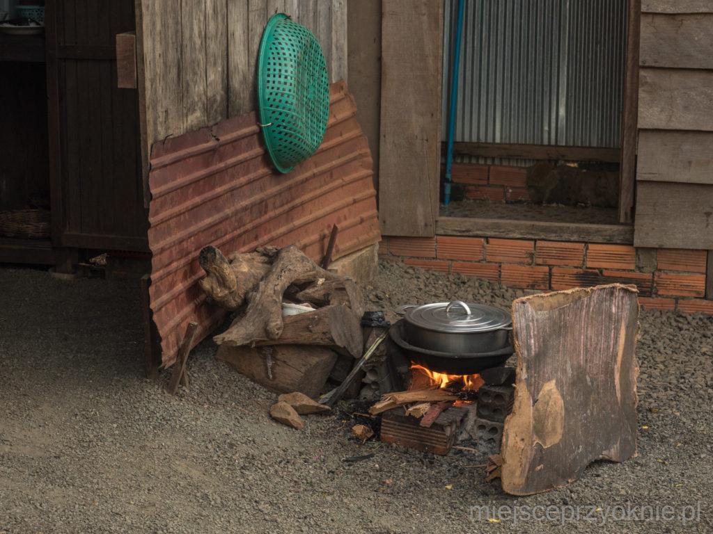 Mama Sophoana przygotowywała posiłki w tradycyjny sposób, na ognisku