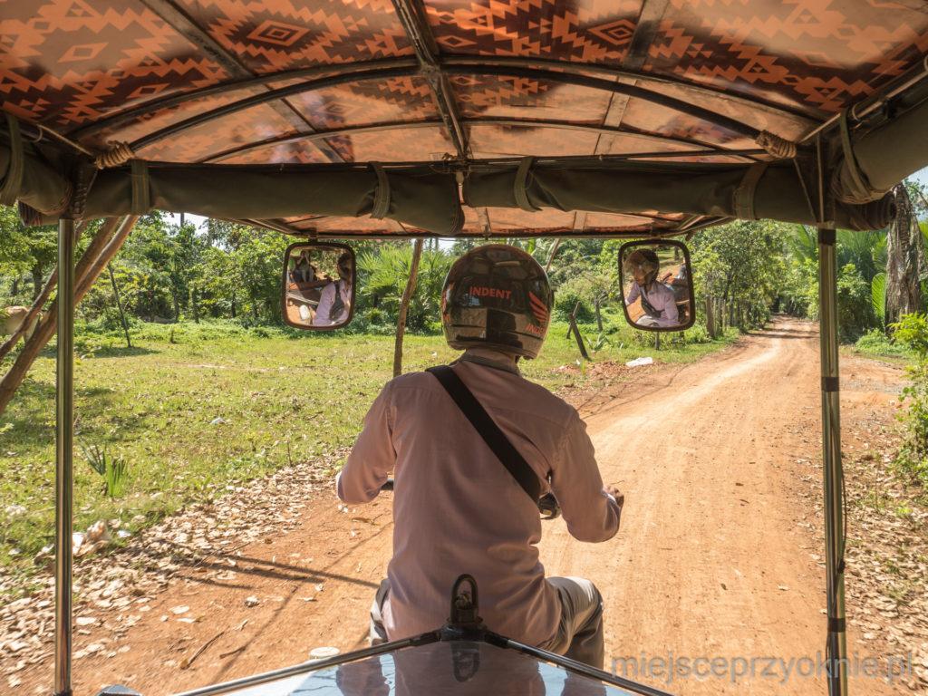 Tradycyjny tuk-tuk z perspektywy pasażera