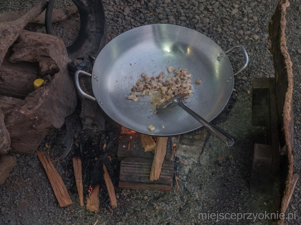 Posiłek przygotowywany na ognisku