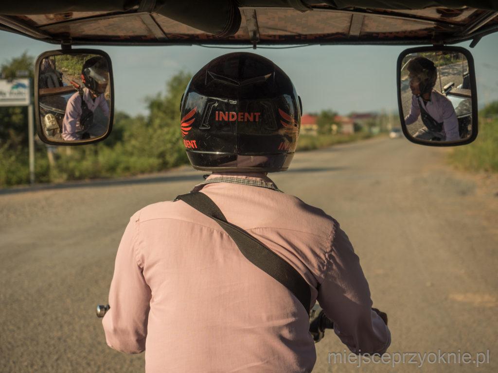 Kierowcy tradycyjnych tuk-tuków muszą jeździć w kaskach
