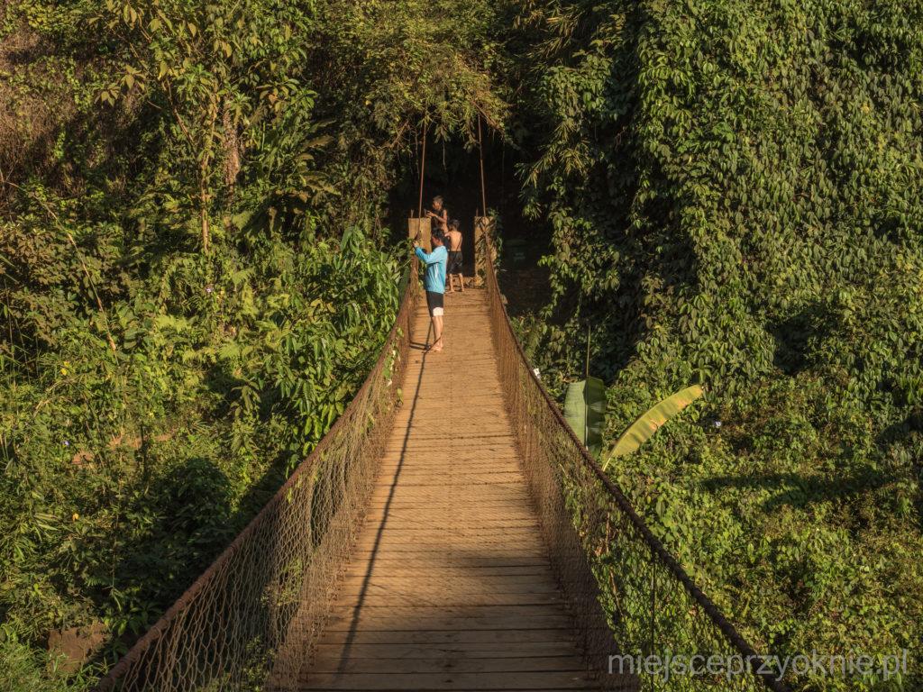 Most wiszący przy wodospadzie Kachang