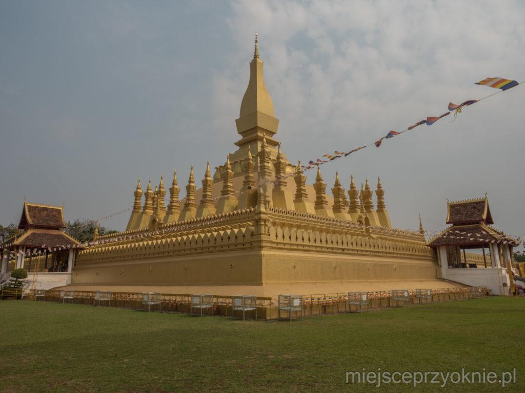 Pha That Luang na zdjęciach wygląda lepiej niż w rzeczywistości