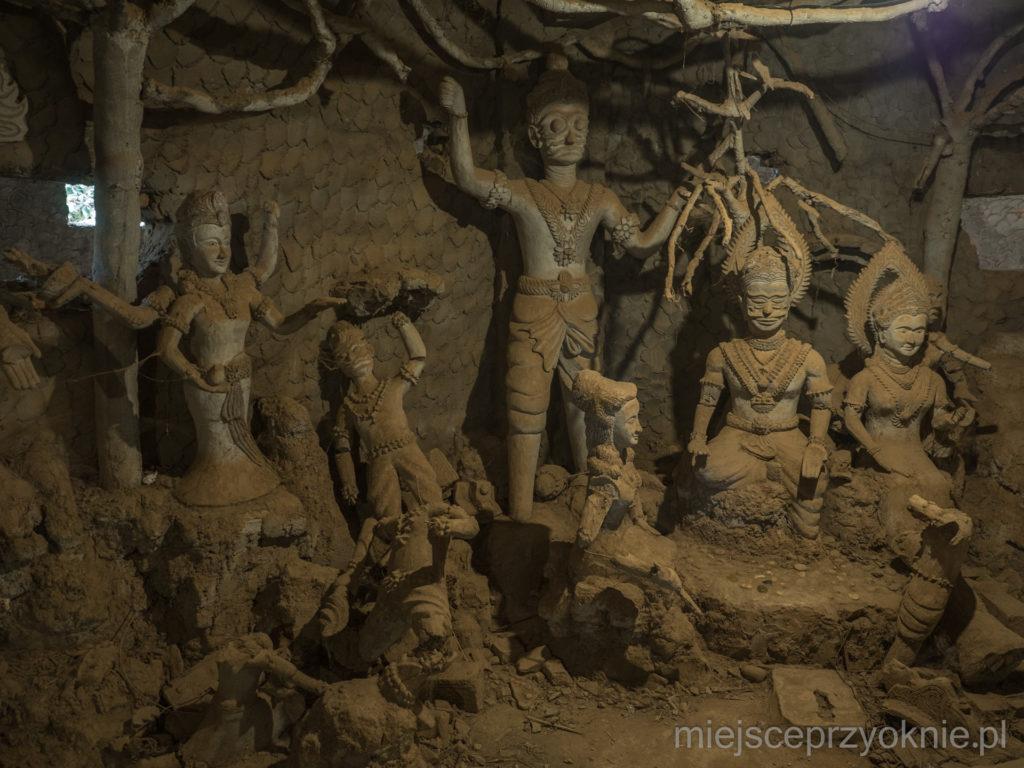 Rzeźby wewnątrz dyni