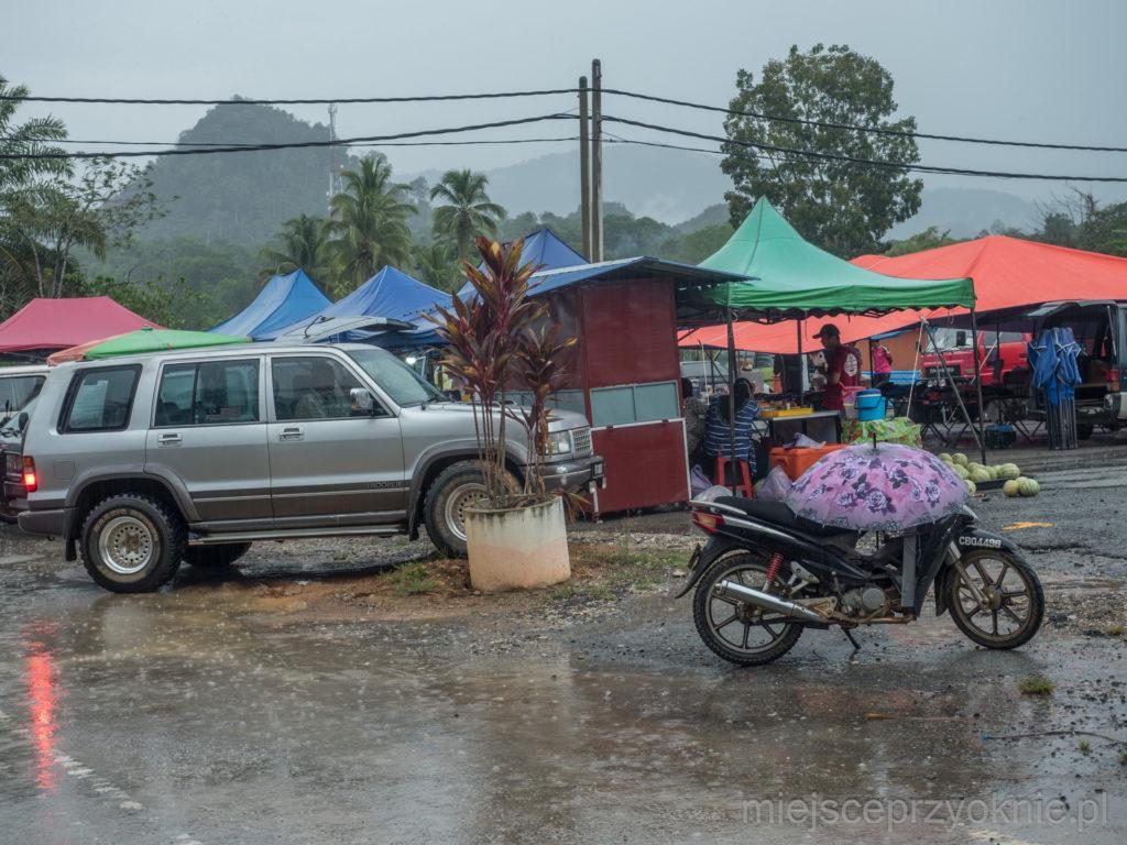 Targowisko w deszczu