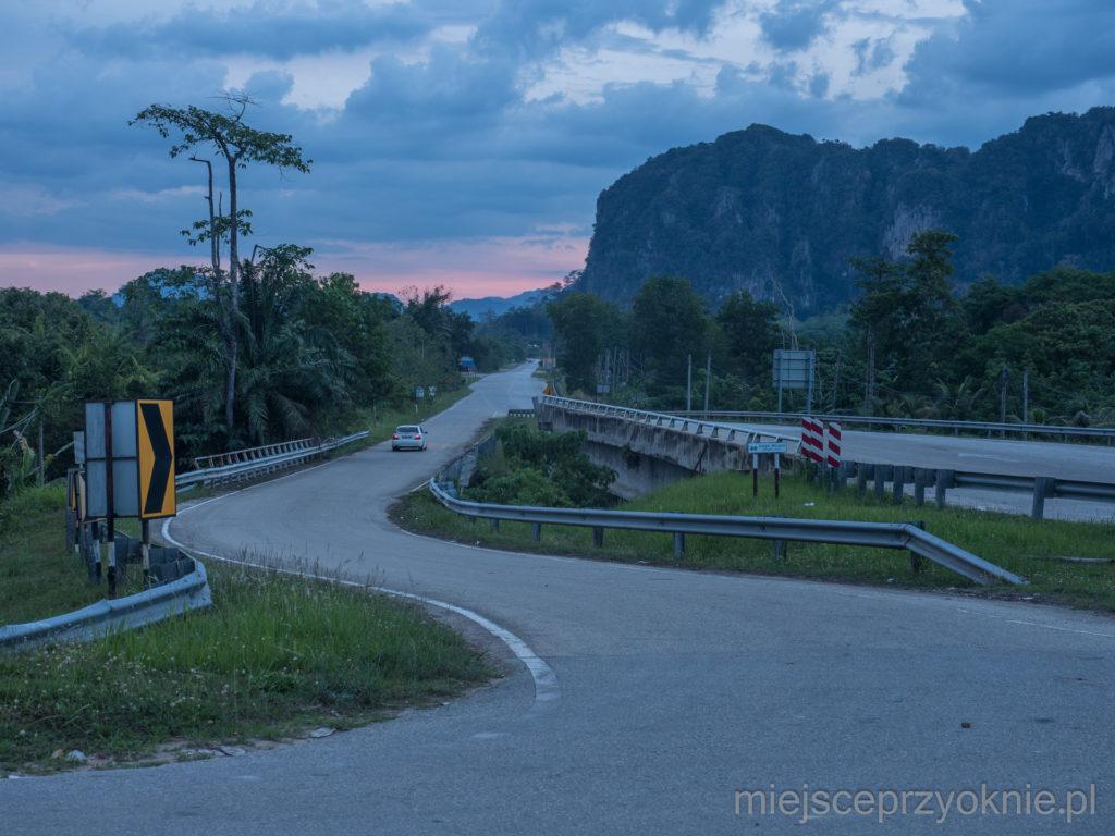 Droga między wapiennymi górami