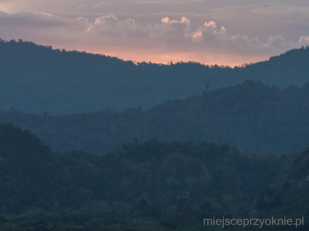 Zachód słońca nad dżunglą