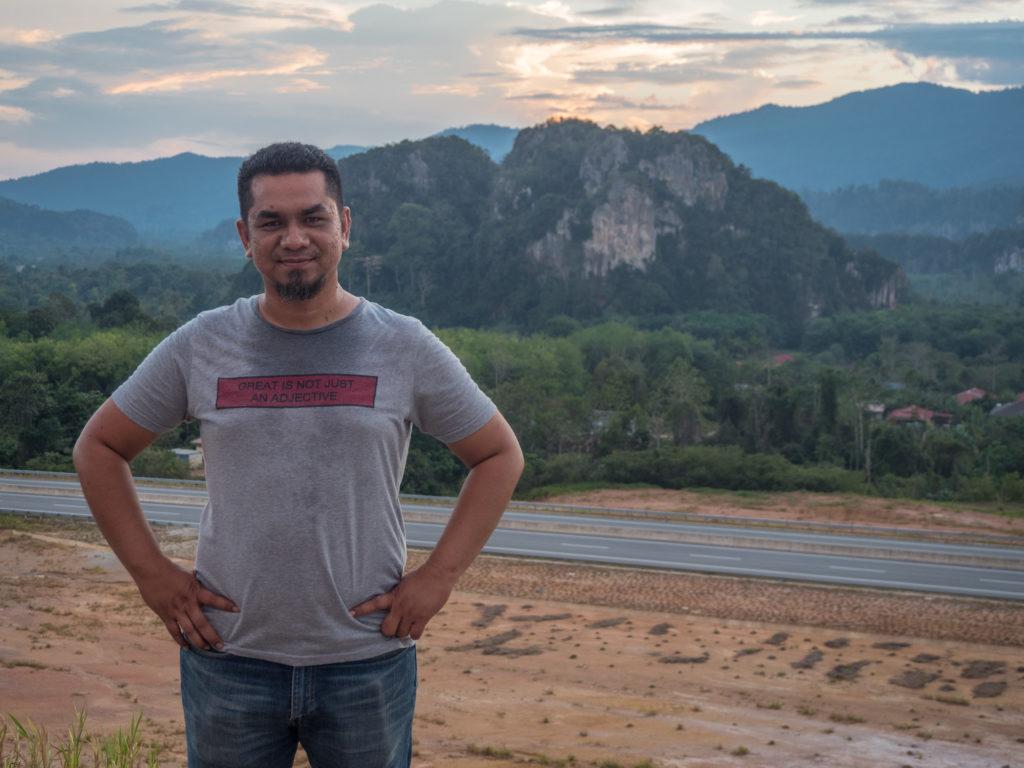 Khairun Nizam na tle gór