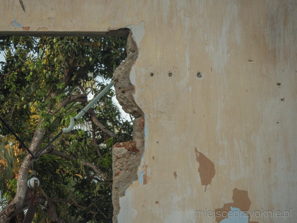 Ślady po kulach na jednym z budynków