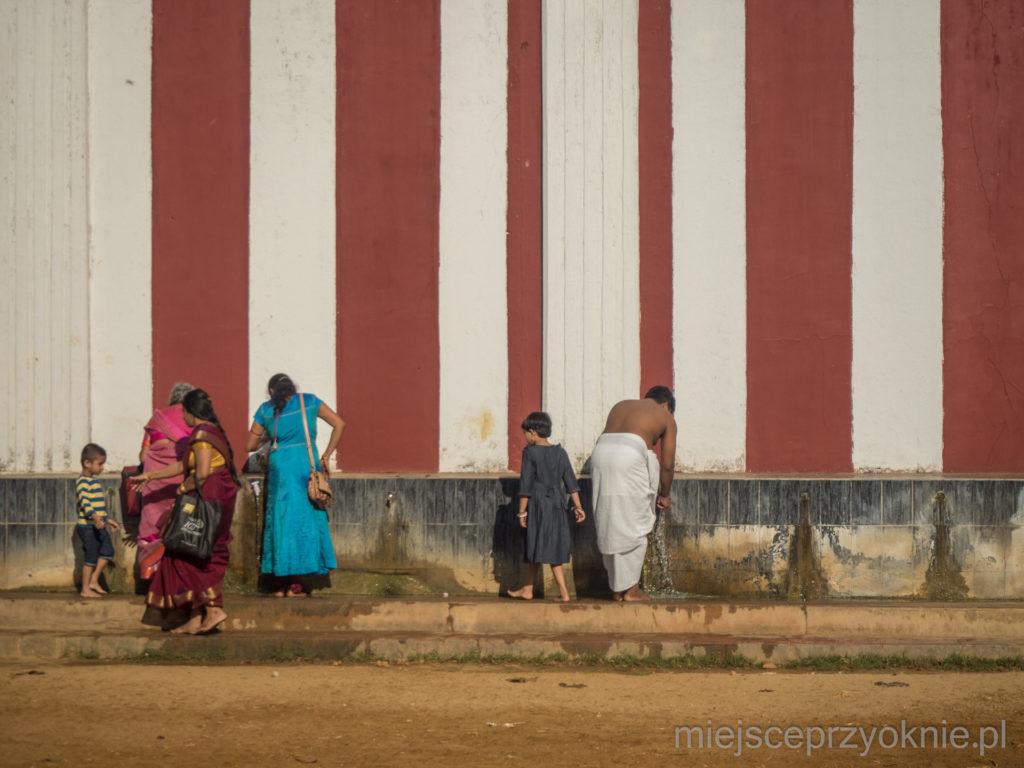 Wierni obmywają nogi przed wejściem do świątyni
