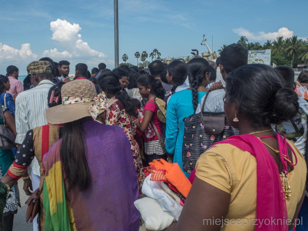 Tłum próbujący wsiąść na łódkę