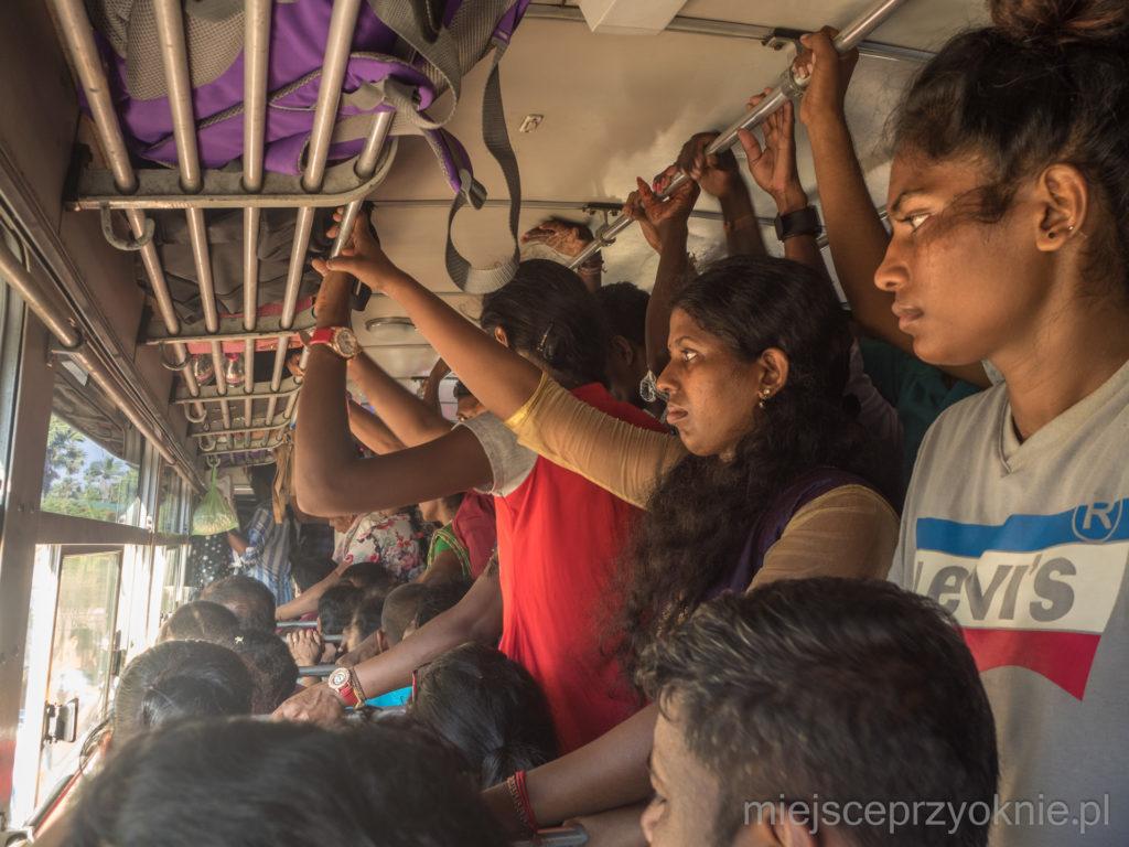 Zatłoczony autobus do Dżafny